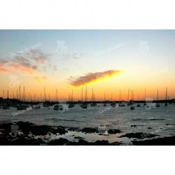 Puesta de Sol sobre veleros en el puerto